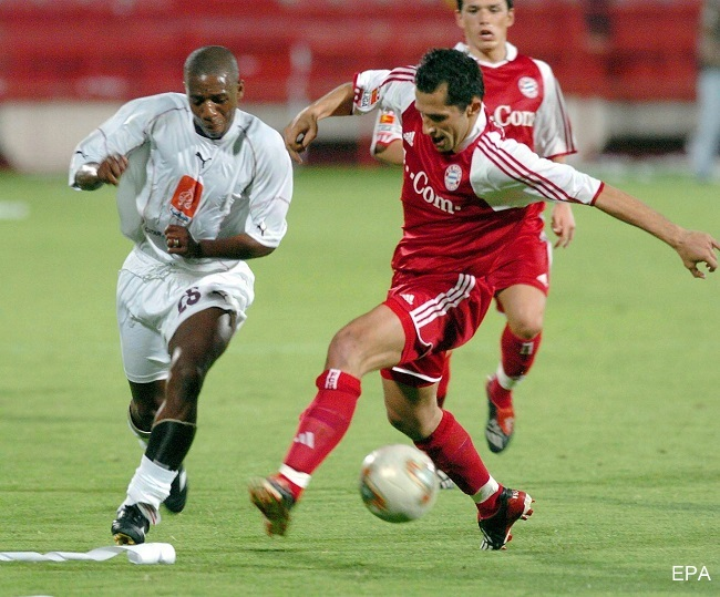 epa00167834 Bayern Munich's Hasan Salihamidzic (R) struggles for the ball with Qatar All Stars team's Amaral (L) during their friendly soccer match at the Al Rayyan Stadium in Doha, Tuesday 06 April 2004. Bayern won 6-5.  EPA/-