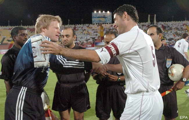 epa00167829 Bayern Munich captain Oliver Kahn (L) greets Qatar All Stars captain former Real Madrid player Fernando Hierro prior to their friendly soccer match at the Al Rayyan Stadium in Doha, Tuesday 06 April 2004. Bayern won 6-5.  EPA/-