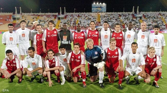 epa00167832 Players of Bayern Munich and Qatar International All Stars team pose for the photographers ahead of  their friendly soccer match at the Al Rayyan Stadium in Doha, Tuesday 06 April 2004. Bayern won 6-5.  EPA/-