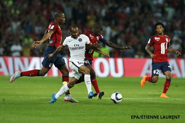 epa04876478 Moura Lucas of Paris St Germain in action against Rio Mavuba and Djibril Sidibe of Lille OSC during the French league 1 season opening match Paris Saint Germain vs Lille OSC at the Pierre Mauroy Stadium in Lille, France, 07 July 2015.  EPA/ETIENNE LAURENT